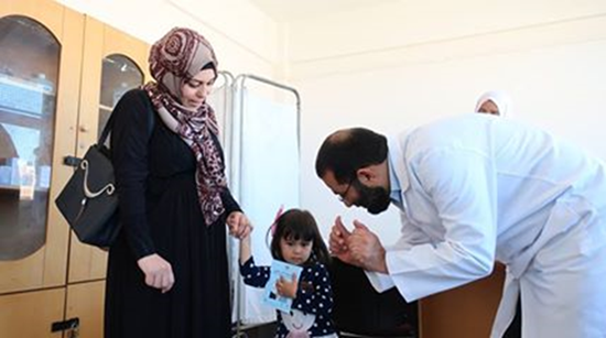 JICAが導入したアラビア語版母子手帳を大切に持つ子ども。日本の支援で建てられたガザ南部のハンユニスの「ジャパニーズ・クリニック」で