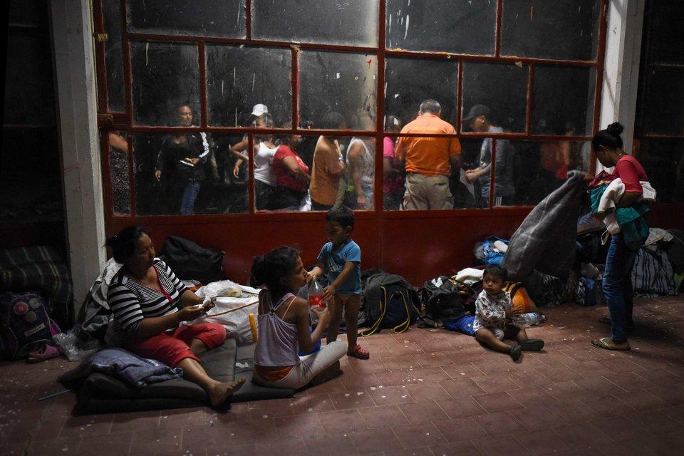 Migrantes centroamericanos descansan en el campo de un centro deportivo en Matías Romero, México, el...