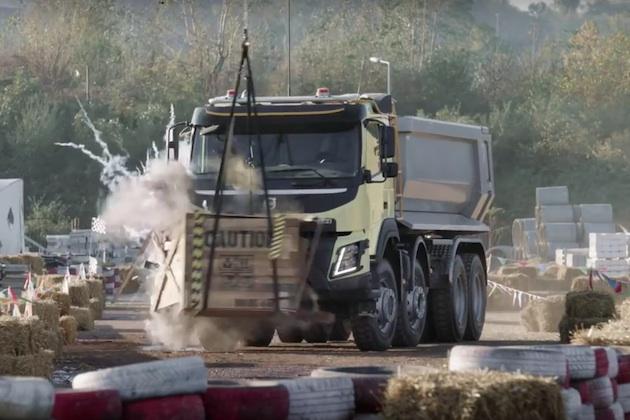 【ビデオ】4歳の少女がボルボのトラックを遠隔操作!
