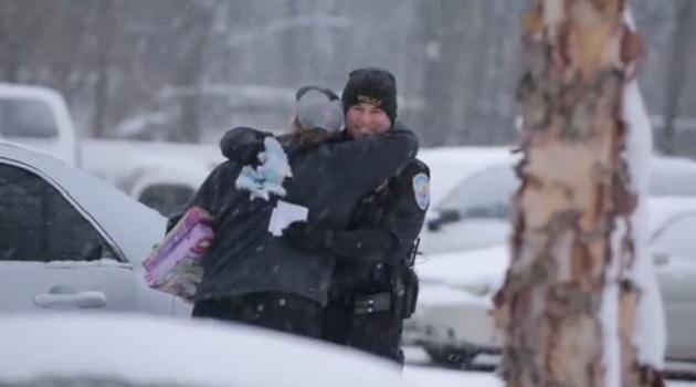 【ビデオ】ミシガン州警察が違反ドライバーに贈ったサプライズ