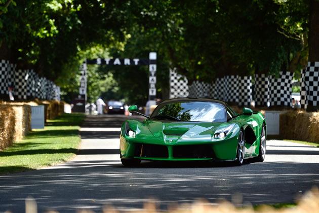 「ジャミロクワイ」のジェイ・ケイが、グリーンに塗られた「ラ フェラーリ」を披露!