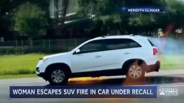 SUVドライバー、クルマからの出火に気づかず走行! 並走するドライバーの警告で九死に一生