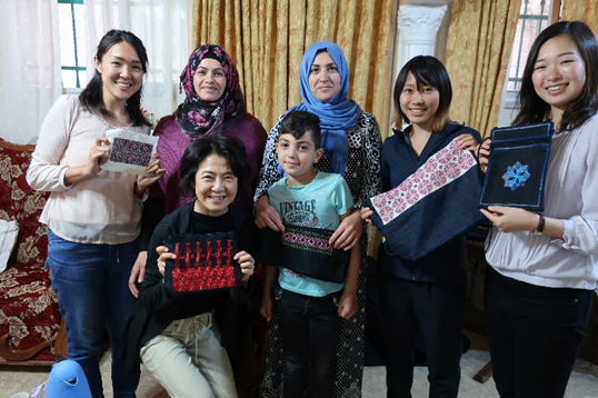 左からJVCエルサレム事務所の山村さん、刺繍グループのコーディネーターのマナールさん、メンバーのナフィーサさん、JVCのインターンたち