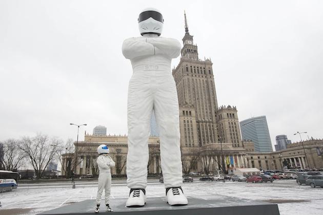 【ビデオ】巨大スティグ、ワルシャワの街に立つ