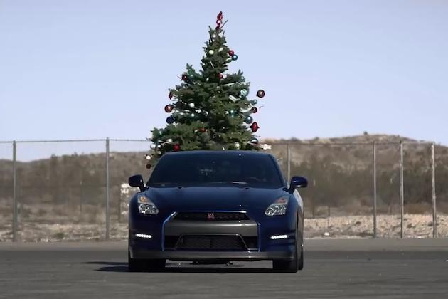 【ビデオ】日産「GT-R」を使ってクリスマスツリーを一瞬で片付ける方法