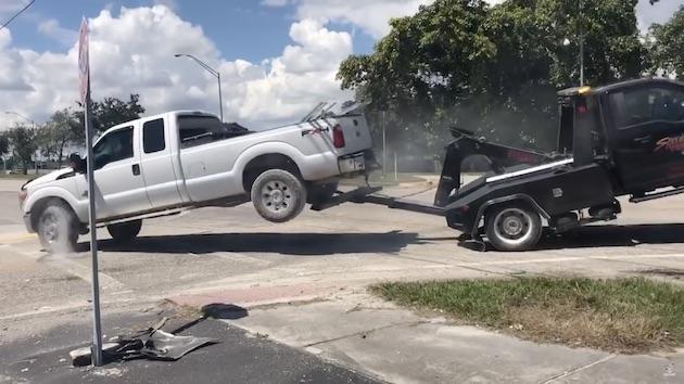 【ビデオ】支払いを滞納していたピックアップ・トラックのオーナーが、牽引トラックから逃れようと試みる!