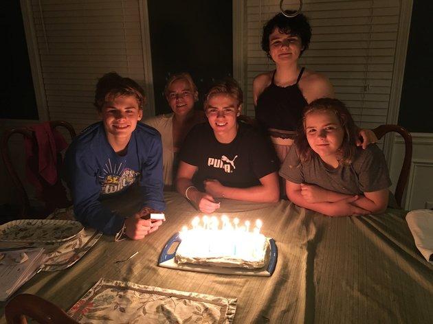 De gauche à droite: Kevin, la mère Carolyn, Michael, Cat et Elizabeth. Leur grande soeur était à l'université...