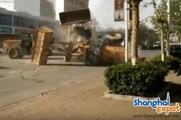 【ビデオ】中国の路上で作業員同士が重機に乗ってバトルを開始!