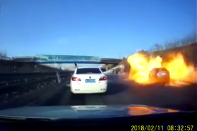 【ビデオ】中国の高速道路でタンクローリーから洩れたガスが引火! 巨大な炎がクルマを包み込む!