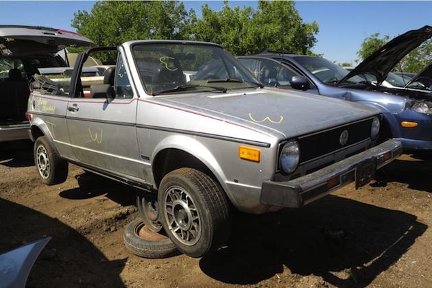 走行距離149万km(!?)の1982年型フォルクスワーゲン「ゴルフ カブリオ」を廃車置場で発見
