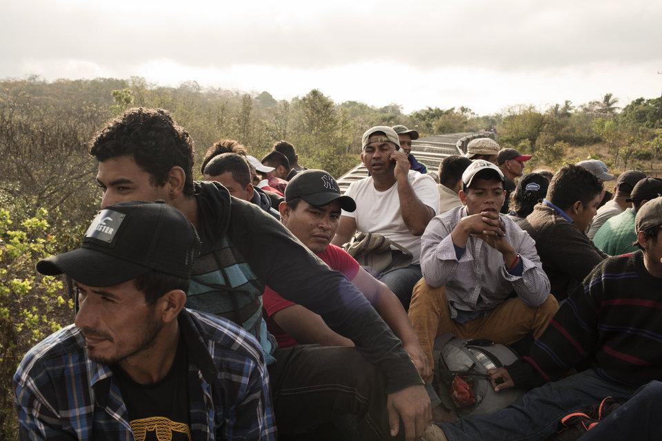 El número de migrantes que viaja en la caravana ha disminuido desde que comenzó, ya que algunos se han...