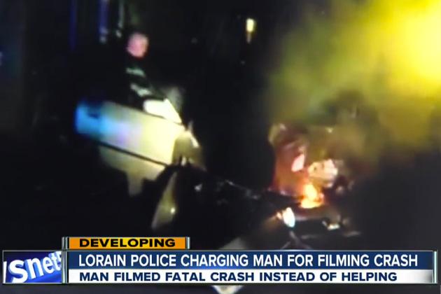 【ビデオ】交通事故現場で負傷者を助けず、ただ携帯電話で動画撮影を続けていた男に非難が殺到