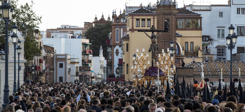 La imagen del Cristo del Cachorro a su paso por el puente de Triana de Sevilla durante la procesión de...