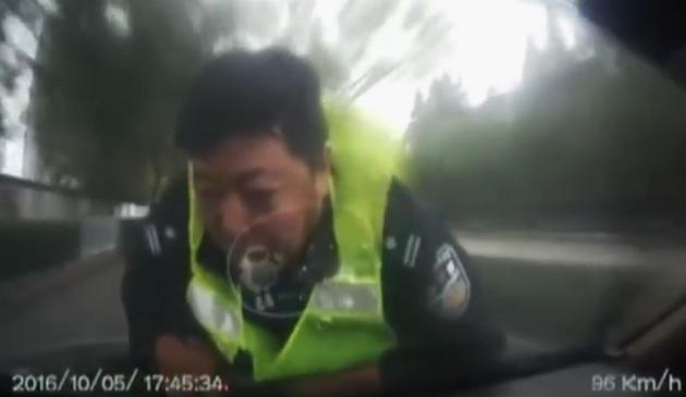 【ビデオ】中国で検問する警官をボンネットに乗せたまま猛スピードで逃走!