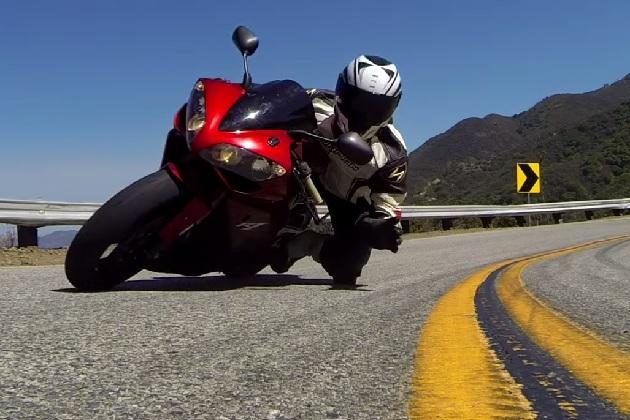 【ビデオ】神業ライダーが、峠の路上に置いた小型カメラをハングオンしてキャッチ!