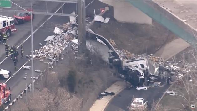 【ビデオ】トラックが衝突事故を起こし、積んでいたビール樽が高速道路に散乱!