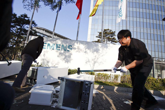 Luo Yonghao smashing a Siemens fridge in a protest outside Siemens' China HQ.