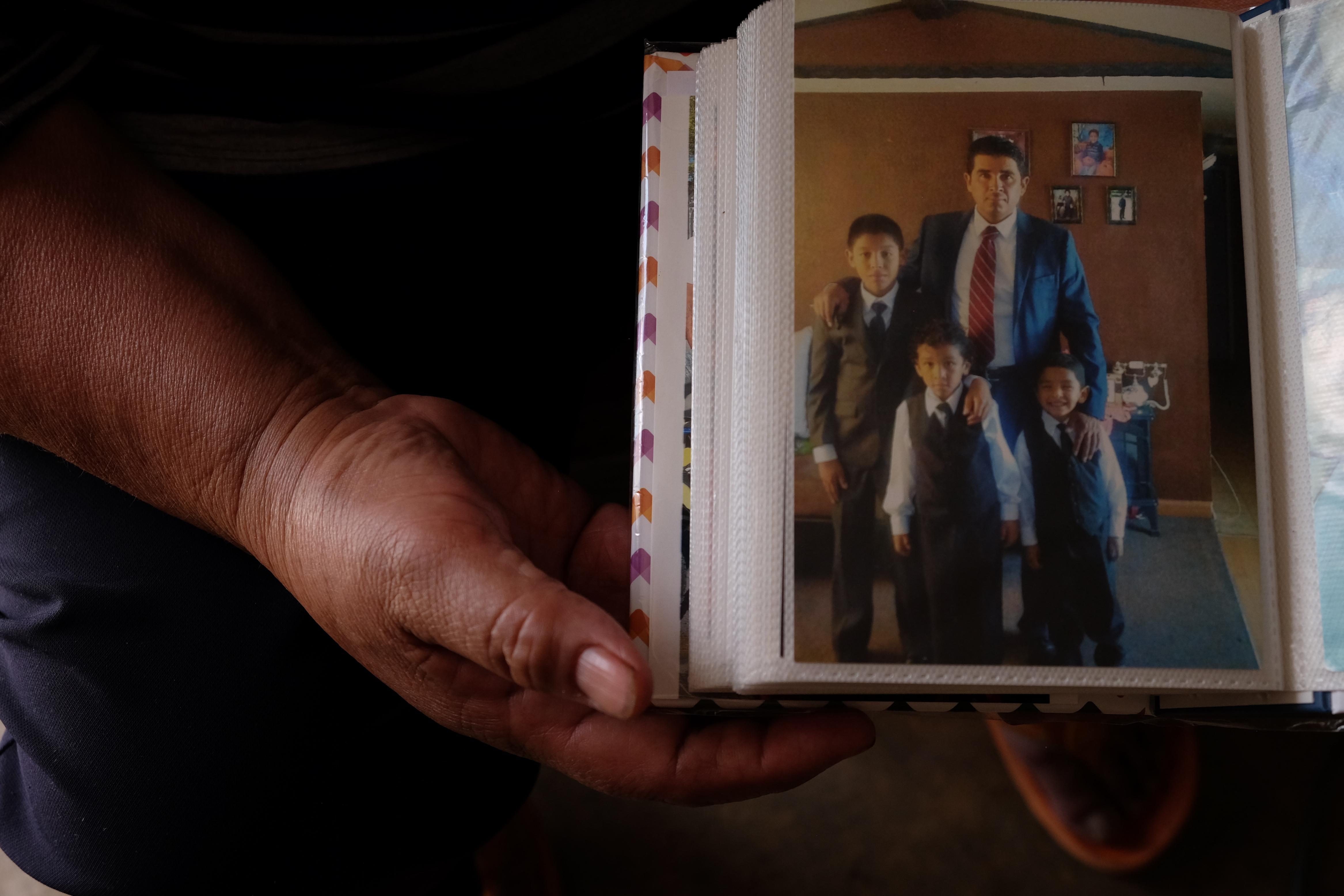 Renán posa junto con sus hijos Bryan, Jeremy y