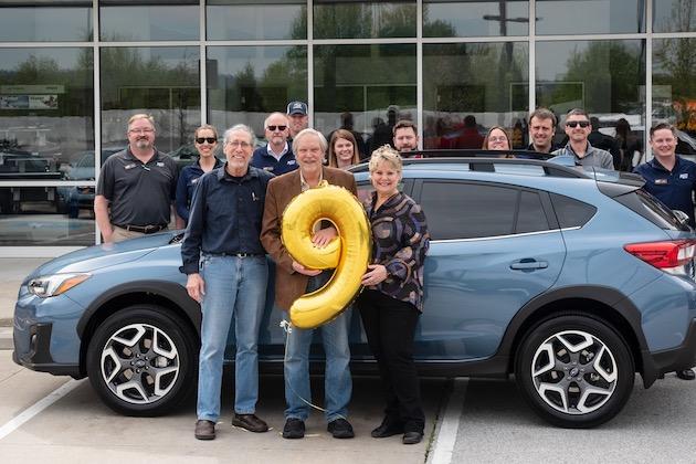 スバル・オブ・アメリカ、米国で900万台目となった「クロストレック」50周年記念モデルを納車! 購入者はスバリストの医師