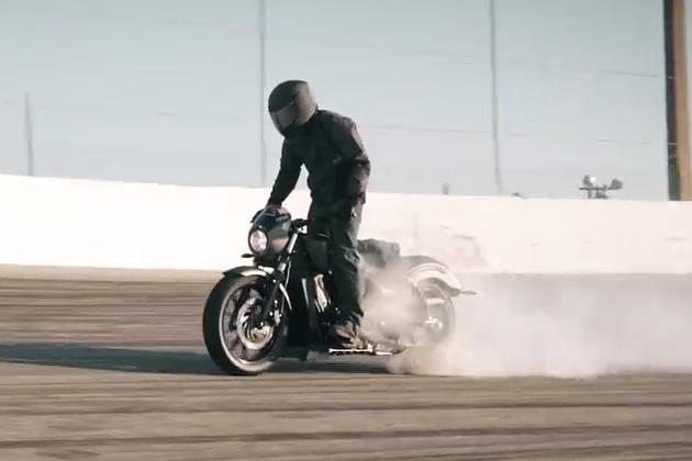 【ビデオ】ヴィクトリー、新型「オクテイン」でオートバイによる最長バーンアウトのギネス世界記録を達成!