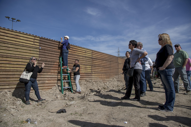 FOTOS: Turistas abarrotan prototipos del muro de
