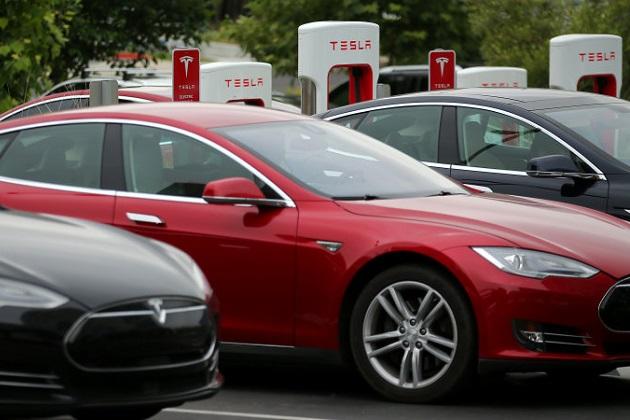 テスラの急速充電施設「スーパーチャージャー」が、他社の電気自動車でも利用可能に!?