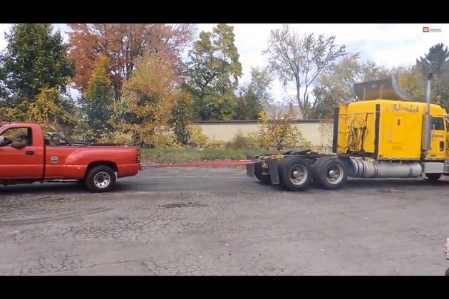 【ビデオ】シボレーのピックアップトラック「シルバラード」が大型トレーラーと綱引き対決