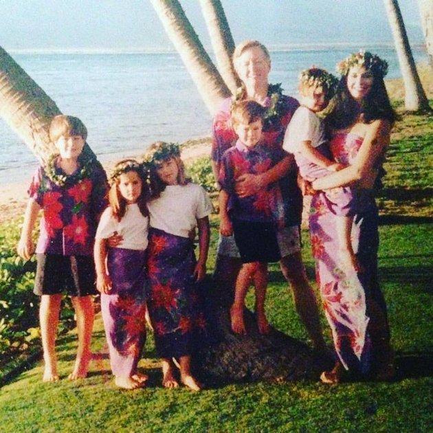 De gauche à droite: John, Scarlett, Gigi, Clyde, papa et maman, qui tient