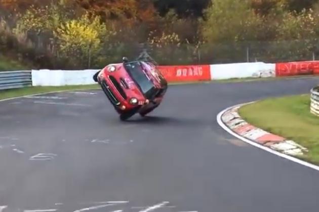 【ビデオ】MINIが片輪走行でニュルブルクリンクを1周!