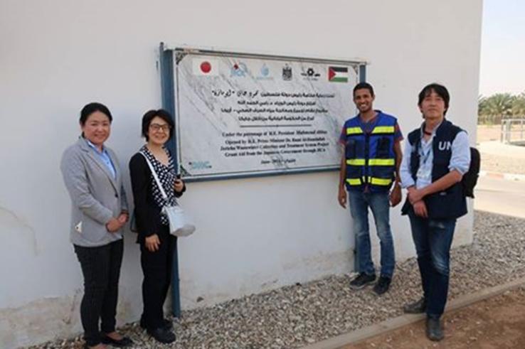 下水道処理施設が2016年に完成。左から本プロジェクト担当のJICAパレスチナ事務所の千葉真梨子さん、妹尾、本施設の主任カラフさん、UNRWA パレスチナ西岸地区事務所の安藤 秀行(あんどう ひでゆき)オペレーションサポート・オフィサー
