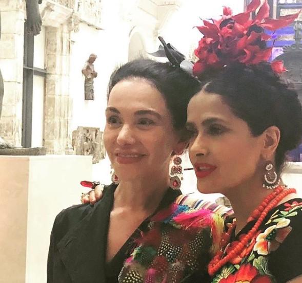 La chef Martha Ortiz y Salma Hayek en la inauguración de la exposición 'Frida Kahlo: Making Her Self...