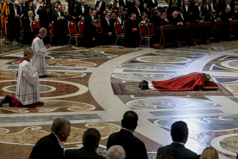 El papa Francisco reza tumbado durante los ritos del Viernes Santo en la ceremonia de la Pasión del Señor...