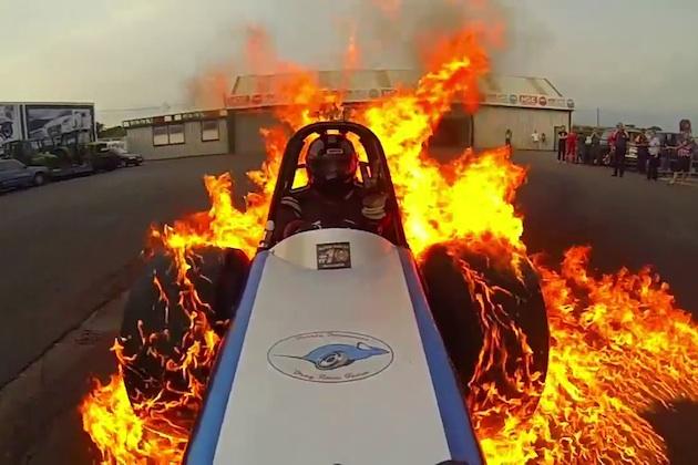 【ビデオ】英国人ドラッグレーサー、ガソリンでタイヤに火をつけたバーンアウト映像で「GoPro Award」を受賞