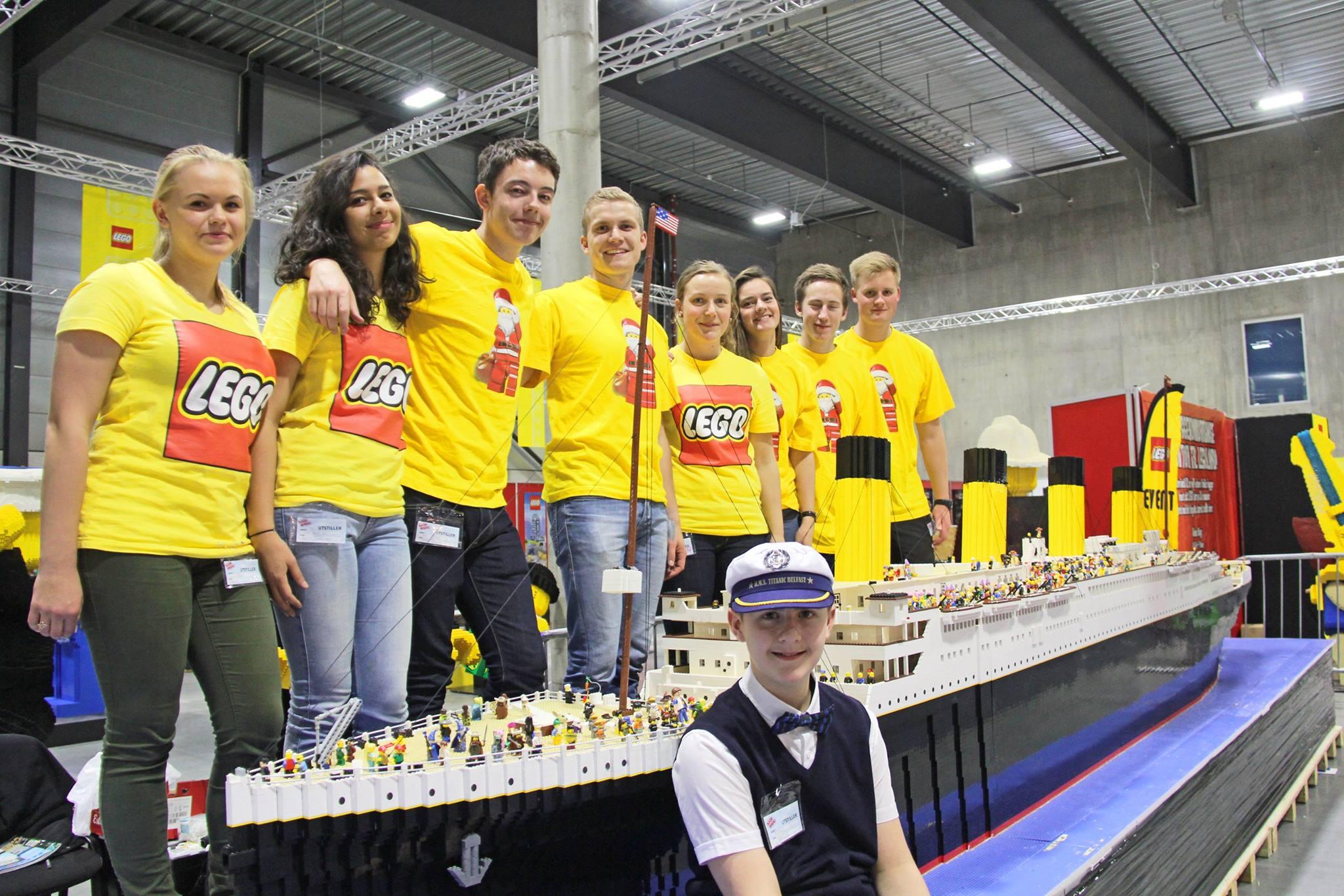 Brynjar Karl Birgisson delante de su maqueta del Titanic y otros niños con la camiseta de