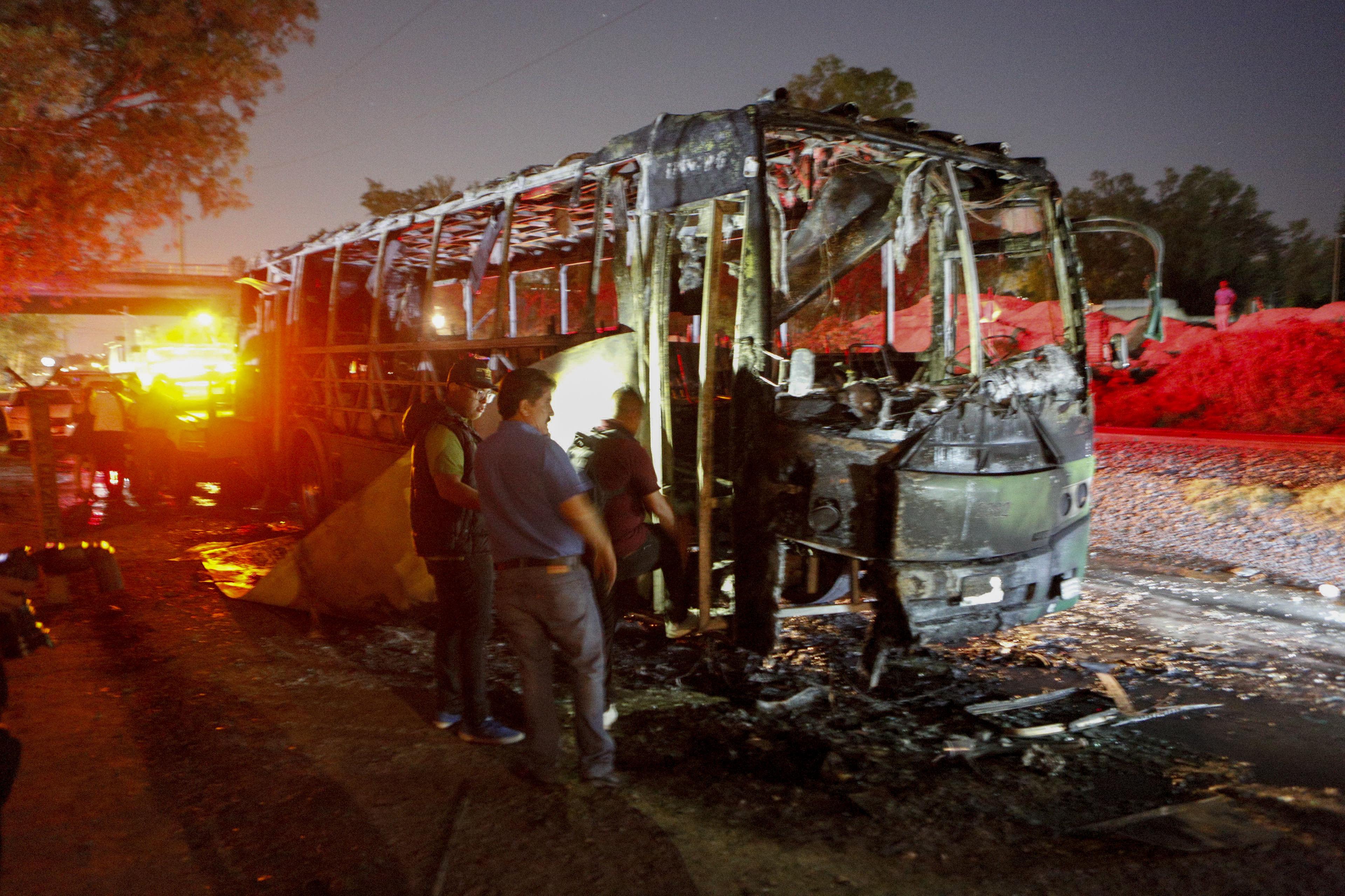 Vista general de un vehículo incendiado de forma intencionada por grupos armados la noche de este lunes...