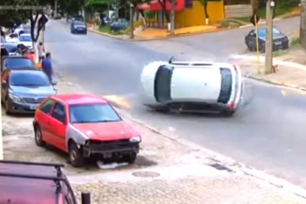 【ビデオ】注意! スピードバンプの上でドリフトするとこうなる