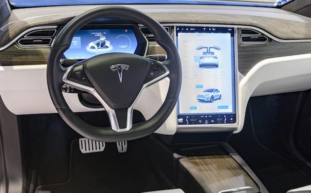 Model Xの死亡事故、テスラは事故原因がドライバーにあったと強く主張。車線逸脱の原因には触れず