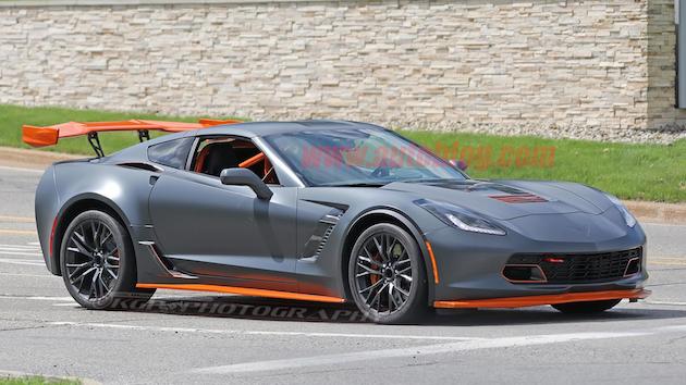 シボレー「コルベット Z06」に巨大なウイングを装備してオレンジ色のアクセントを入れた車両が目撃される! 新しい高性能バージョンか!?