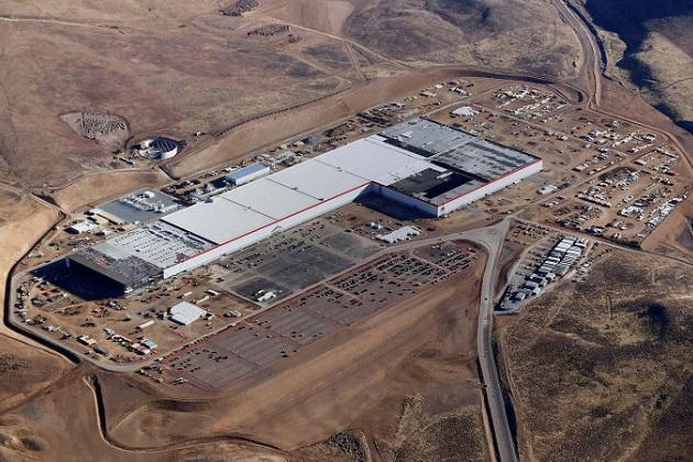 テスラ、巨大バッテリー工場「ギガファクトリー」で新型バッテリーセルの量産を開始