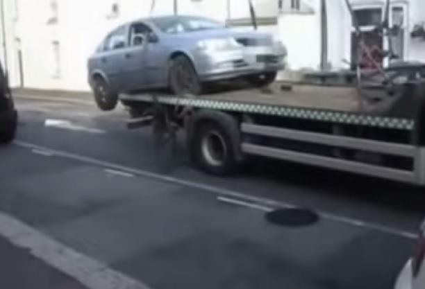 【ビデオ】駐禁でレッカーされたドライバーの怒りが爆発!
