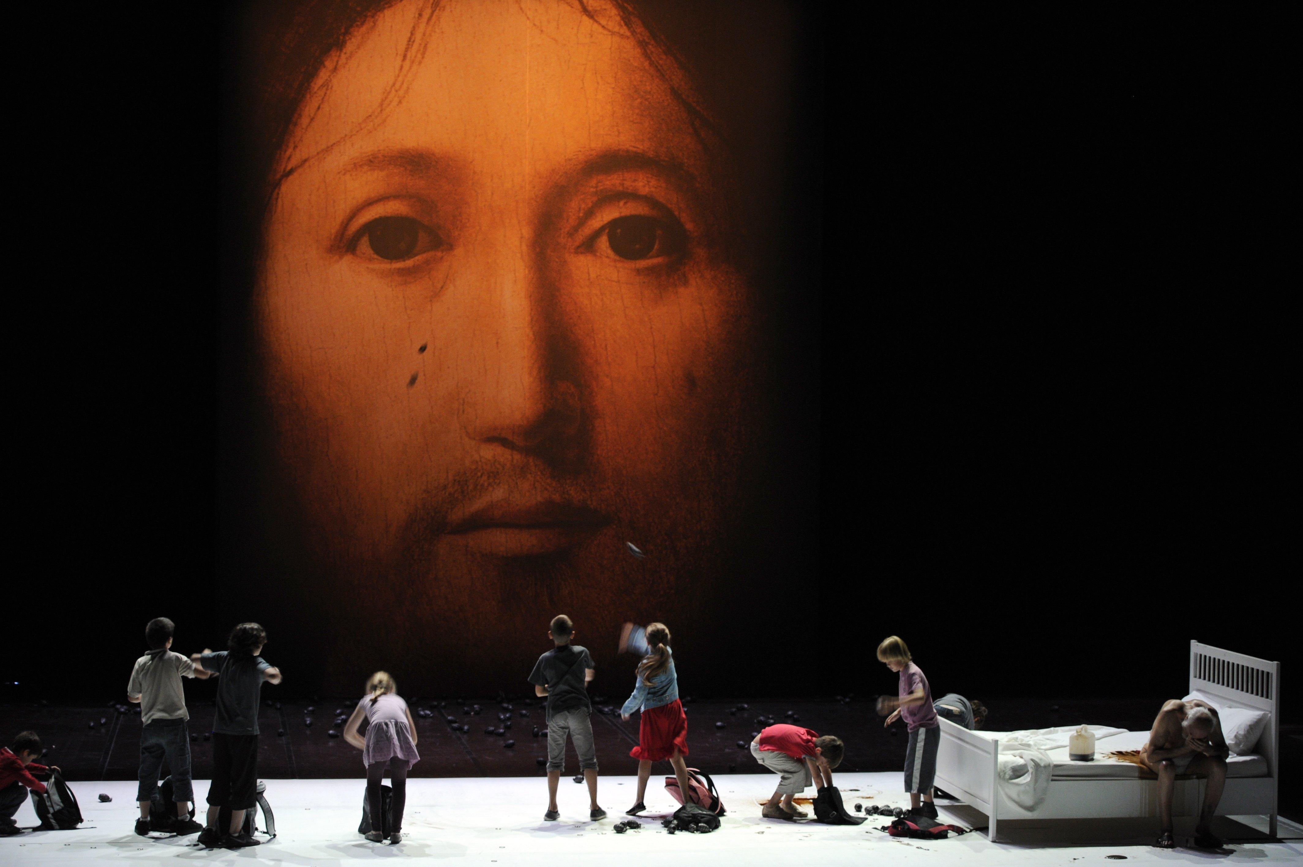 """Des enfants jouent la dernière scène de """"Sur le concept du visage du fils de Dieu"""", en 2011..."""