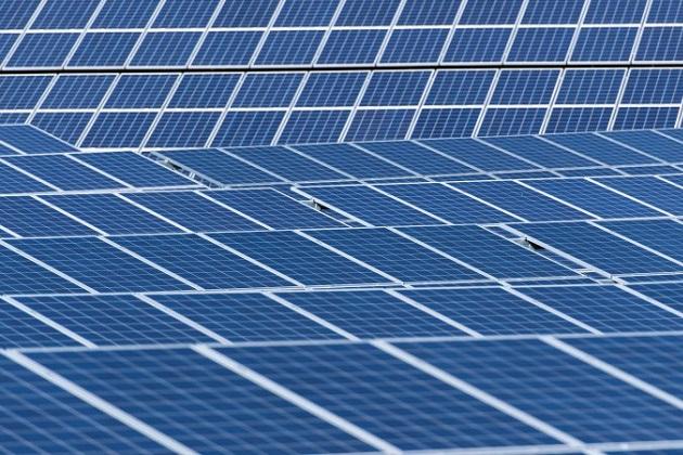 イーロン・マスク氏、テスラの充電システムとも融合する新型ソーラールーフを10月28日に発表すると予告