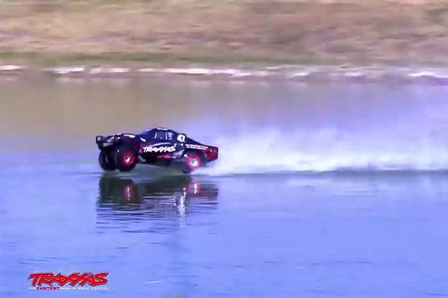 【ビデオ】トラクサス社の高速RCカー「SLASH 4x4」が水上を疾走!