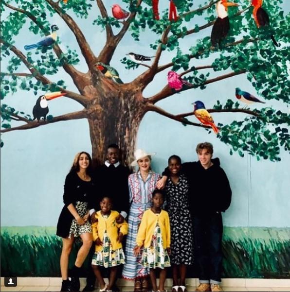 Madonna con sus 6 hijos de visita en la escuela para huérfanos Jacarandas, en
