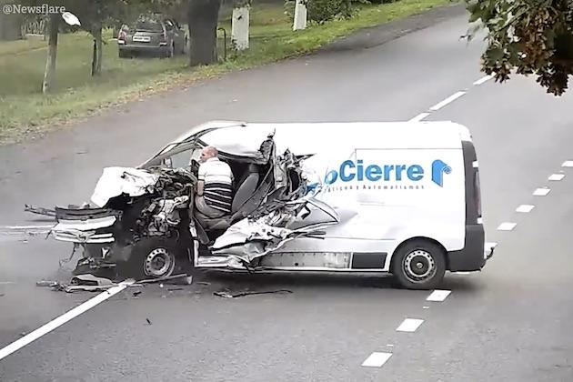【ビデオ】居眠り運転の商用バンが対向車線にはみ出し衝突! 身体が車外にさらされたドライバーは奇跡的に無事