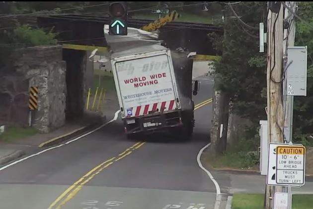 【ビデオ】トラックが高さ制限の標識を無視するとこうなる!