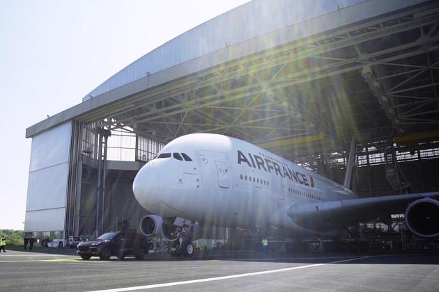 【ビデオ】ポルシェ「カイエン」が重さ285トンの大型旅客機をけん引してギネス世界記録を樹立!
