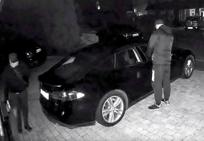 Thieves steal a Tesla Model S by hacking the entry fob