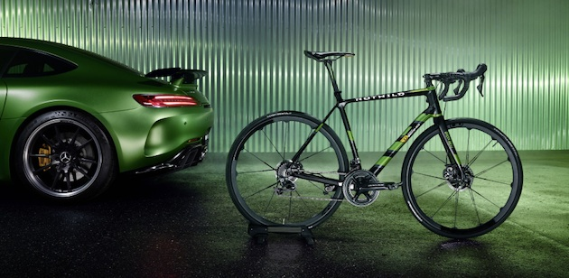 "Das ROTWILD R.S2 Limited Edition ""Beast of the Green Hell"" ist das perfekte Sportgerät für Radenthusiasten, die das Besondere suchen und Herausforderungen lieben. ;Mercedes-AMG GT R: Kraftstoffverbrauch kombiniert: 11,4 l/100 km, CO2-Emissionen kombiniert: 259 g/km*The ROTWILD R.S2 Limited-Edition ""Beast of the Green Hell"" is the perfect piece of sports equipment for bicycle enthusiasts who are looking for something extraordinary and love challenges.;Mercedes-AMG GT R: combined fuel consumption: 11.4 l/100 km, combined CO2 emissions: 259 g/km*"