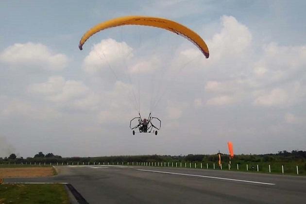 【ビデオ】シンガポールの大学生が、電力で飛ぶ3輪パラグライダーを開発